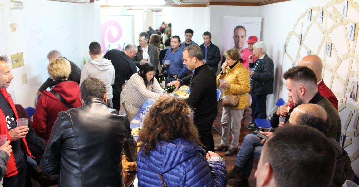 DECENAS DE CANGUESES ACUDEN A LA INVITACIÓN DE CANGAS DECIDE EN LA APERTURA DE SU NUEVO ESPACIO DE COMUNICACIÓN